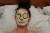Melina gönnt sich eine Gesichtsmaske aus Quark