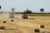 Die Quaderballenpresse steuert den Traktor. Foto: Peter Gaß