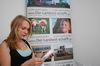 Julia liest den Redaktionsplan. Foto: Peter Gaß
