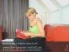 s02-e01-01-carina-sofa-verspannt-seite-lesen.jpg