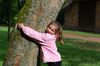 Florentina umarmt einen Baum.