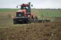 Der CASE Quadrac und die Amazone Centaur bereiten das Saatbett für den Winterweizen, Foto: Peter Gaß, www.der-landwirt-schafft.de