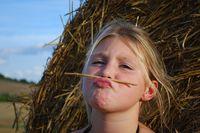 Therisha am Strohballen, Foto: Peter Gaß, www.der-landwirt-schafft.de
