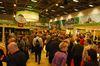 Eine gut gefüllt Messehalle